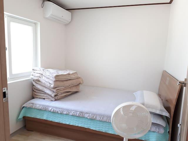 두번째 방은 퀸사이즈 침대가 있고 에어컨이 따로 있습니다 :)