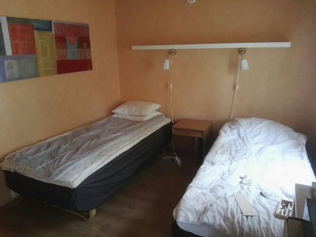Gula rummet med två 90 cm breda sängar.