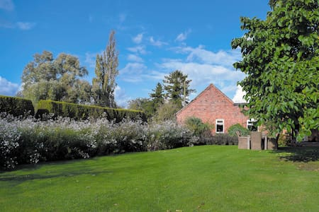 Queens Cottage (UKC882)