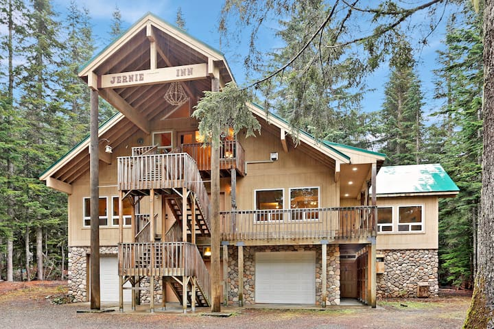 Snoqualmie Pass APARTMENT with hot tub