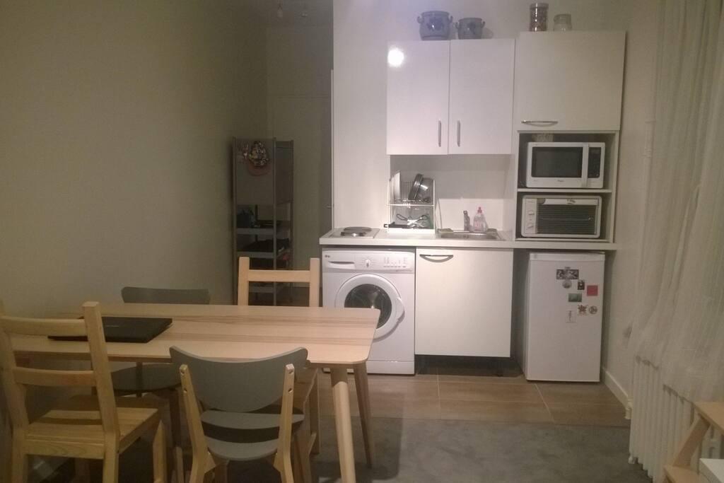 cuisine équipée avec machine à laver, mini four, micro onde