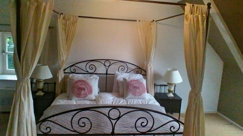 De romantische Hemelbed kamer - Roosendaal
