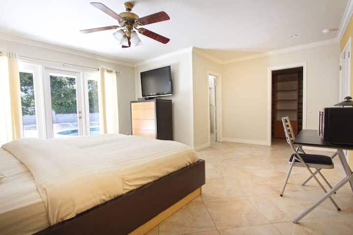 Own entrance beautiful master-bedroom: Calabasas
