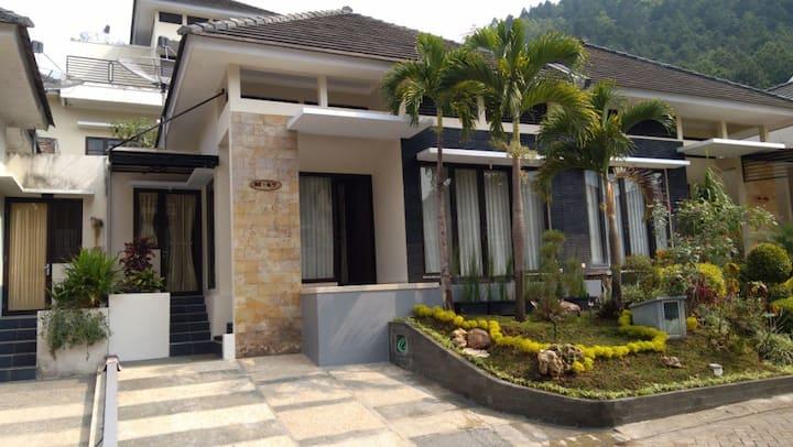 Villa DePinus Batu