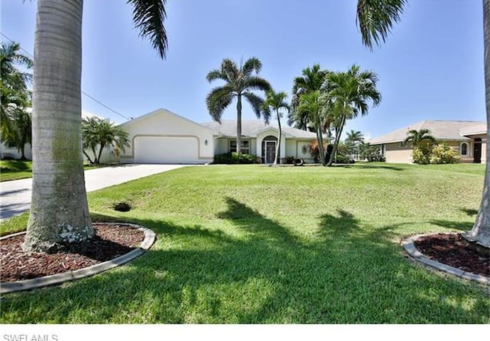 Modern Family Home with a gorgeous pool! - Cape Coral - Hus