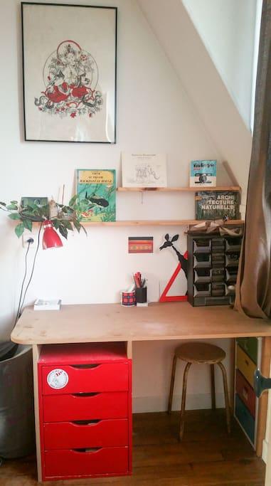 Petit bureau dans la chambre. Small desk in the room.