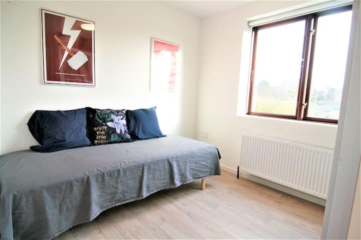 Simpelt værelse m. sovesofa