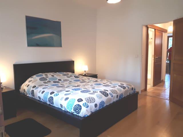 Chambre avec son lit de 160 et ouvrant sur la véranda