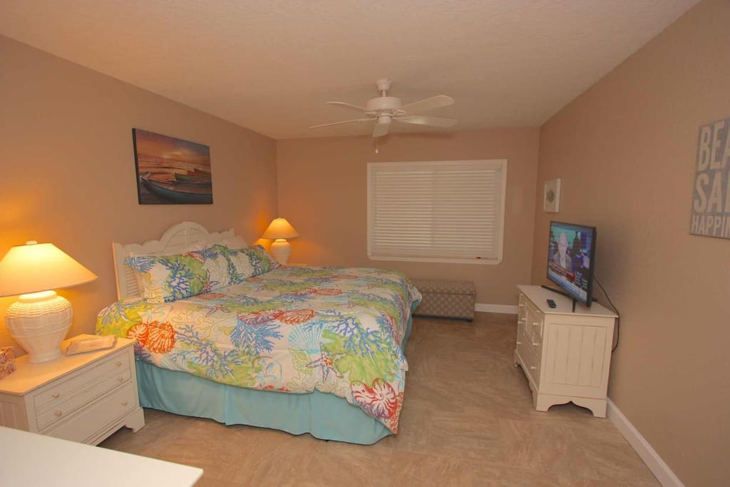 Master Suite with King Bed/Flat Screen Cable TV/Private Master Bathroom