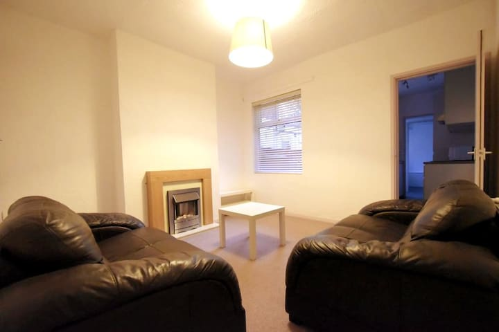 2 Double Bedroom Home near Uni/QE, Wifi, Parking