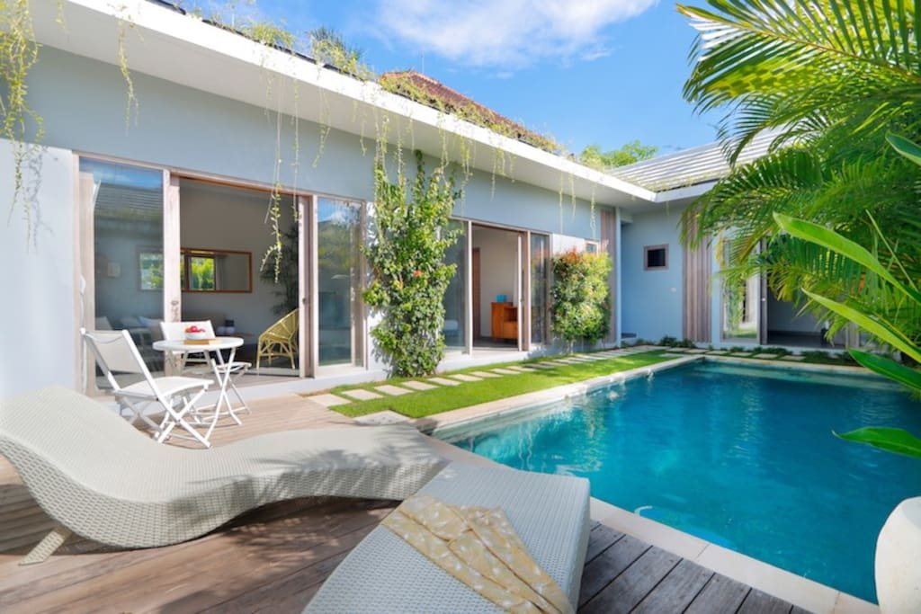 Relaxing private garden and pool