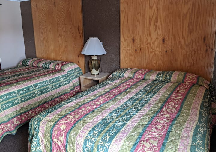 2 Queen beds, Local Charm Motel Room in Kanab #17