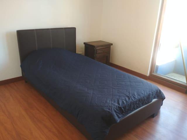 Habitación en apartamento equipado. La Mariscal