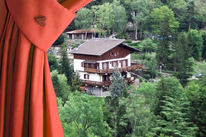 BnB L'Helleboro Rosso, tra i boschi di Viggiù