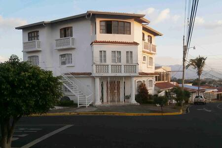 Only 5 minutes from the airport, nice & quiet - Bed & Breakfast