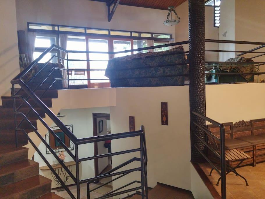 Terdapat 3 lantai (lantai 1 kamar tidur,lantai 2 dapur&meja makan,lantai 3 ruang tv dan sofa)