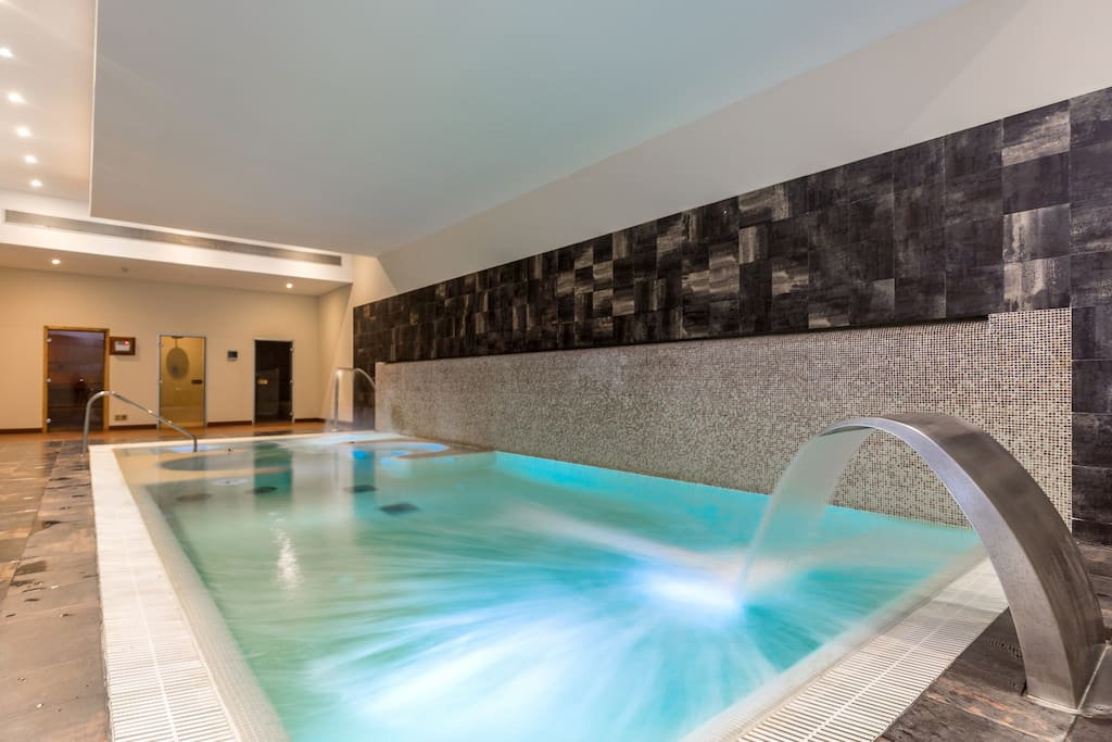 Indoor pool with Jacuzzi, hamam and sauna
