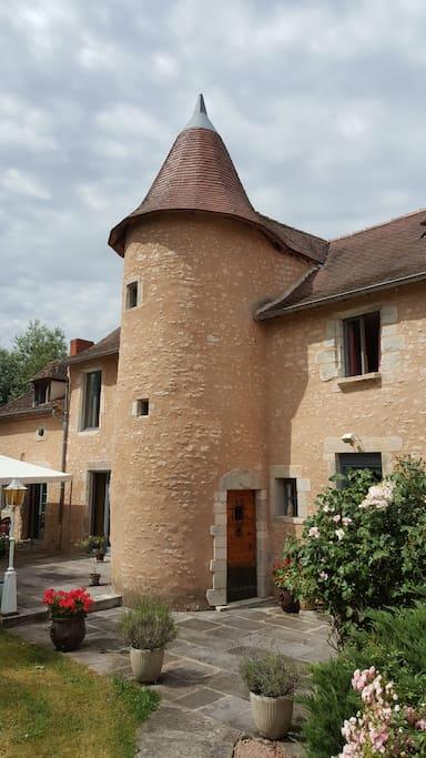 Accès aux 2 chambres d'hôtes par la porte ancienne de la tour