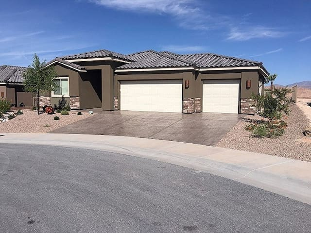 *NO GUEST SERVICE FEE* 3 Bedroom home in Mesquite #446