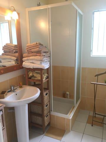 Salle de bains indépendante.