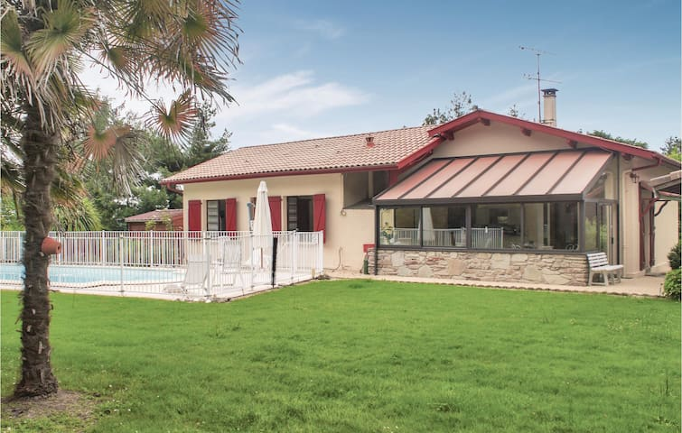 Holiday cottage with 3 bedrooms on 217m² in Tilh
