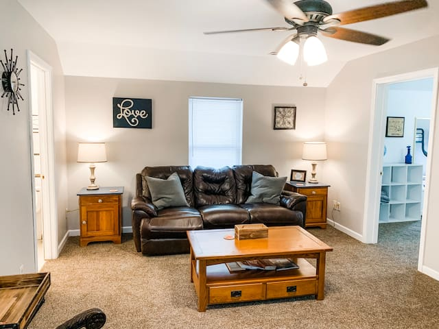 Cozy Upstairs 2 bed Apartment Mins. Off I- 55