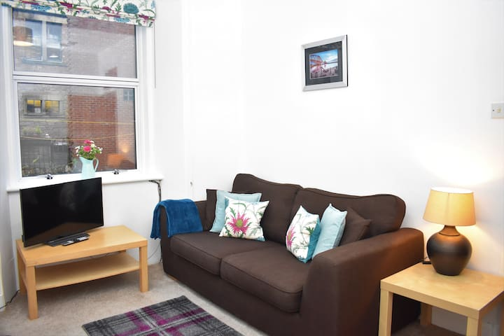 Lovely wee 3 person flat, 20 mins to Princes St.