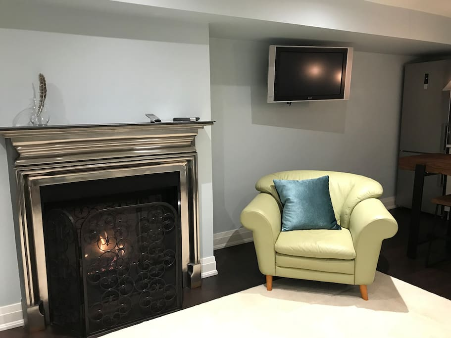 Gas fireplace for extra warmth and atmosphere. Cable TV, wifi and Netflix in your suite.