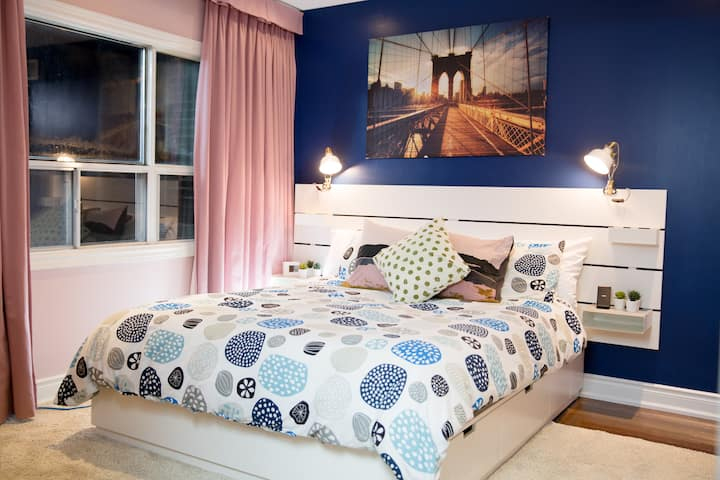 Modern private master bedroom 1 min to subway