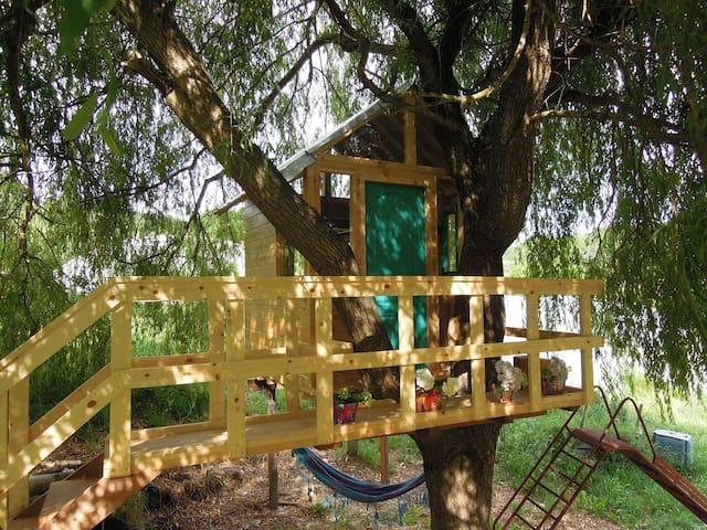 Casa de campo con cabaña en arbol  en el  Camino