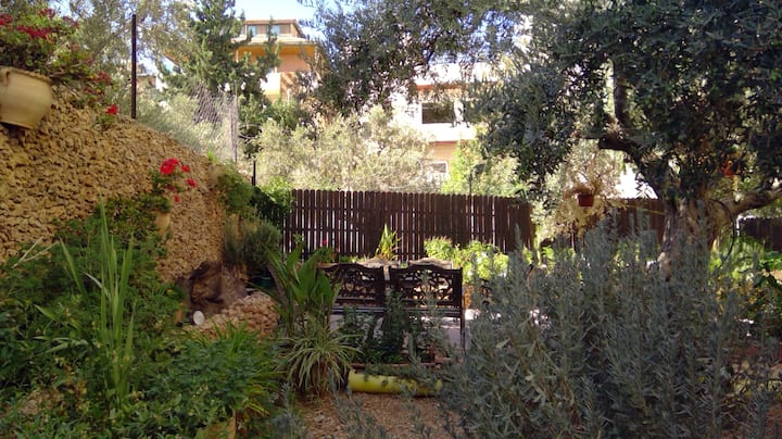 East Jerusalem private room with beautiful garden