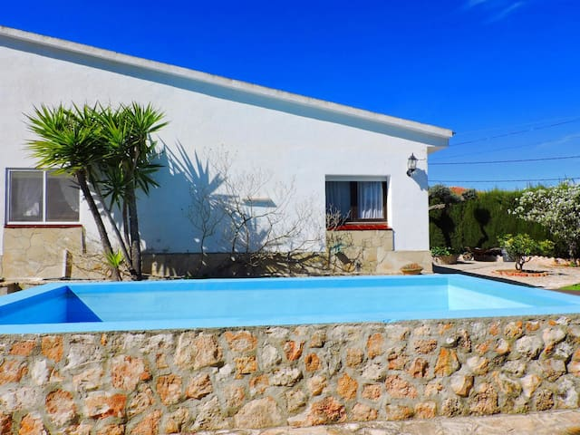 NICE HOUSE WITH POOL, BARBECUE AND LARGE GARDEN