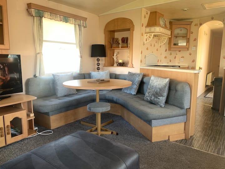 Spacious 6-guest caravan located in Towyn, Wales