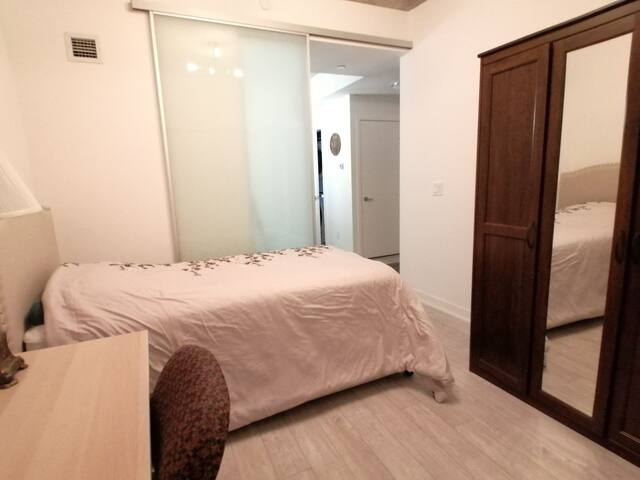 New Condo, Private Room Great Location & Amenities
