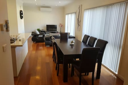A lovely convenient townhouse! - Braybrook - บ้าน