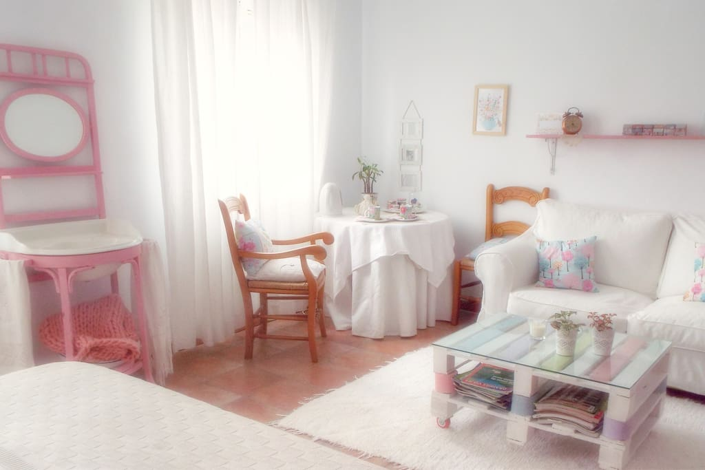 GUEST ROOM. BRIGHT AND AIRY.