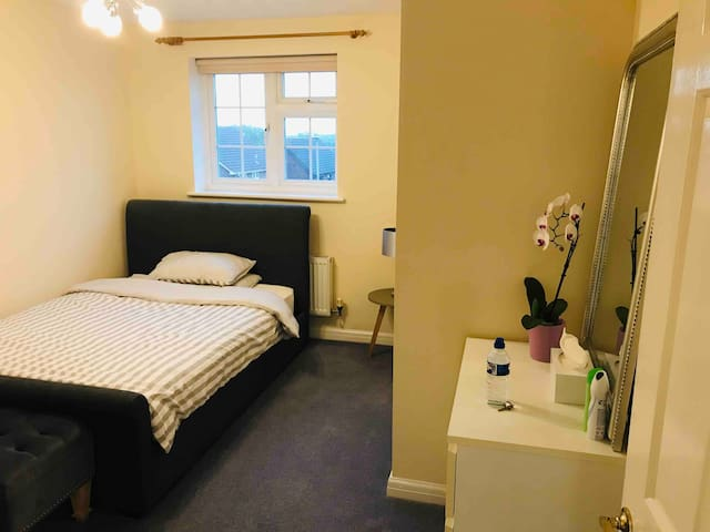 Large Double Room In Quiet House (Free Parking)