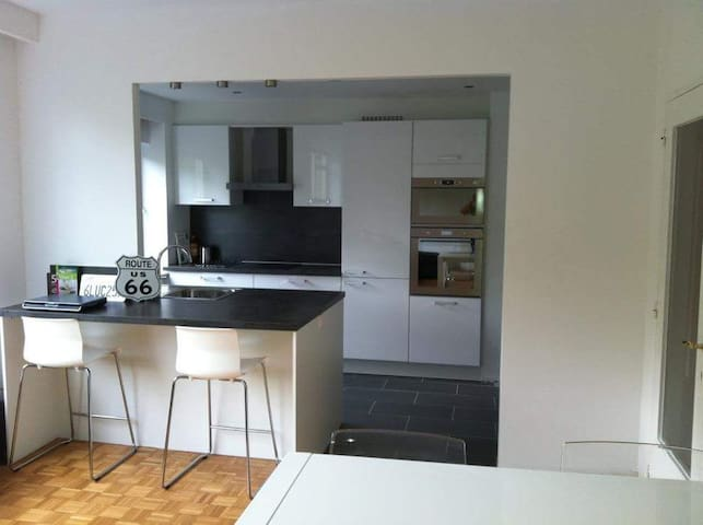 Bright City Apartment with Free Parking - Антверпен - Квартира