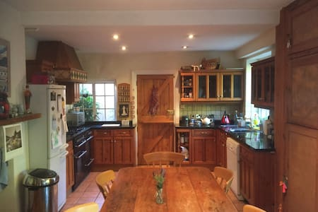 Double bedroom in a large family house near Gatwick - Haywards Heath - Rumah