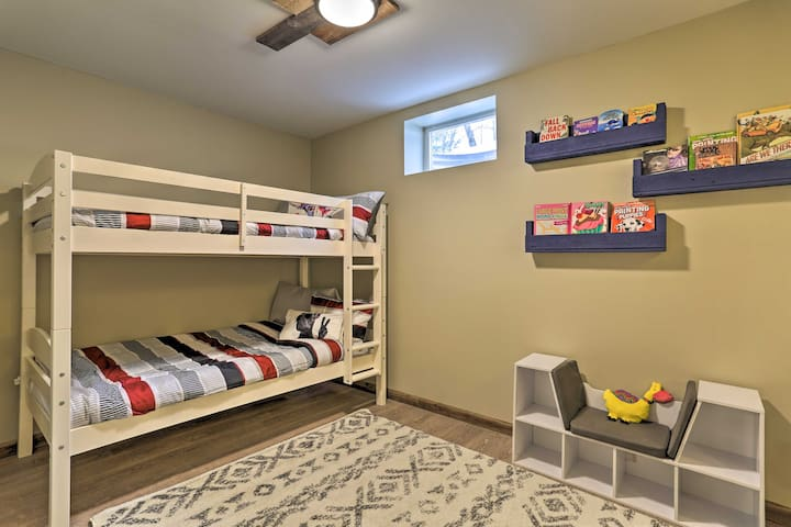 Kids room with 2 bank beds
