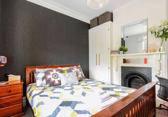 Light & Airy Flemington Terrace House - Flemington