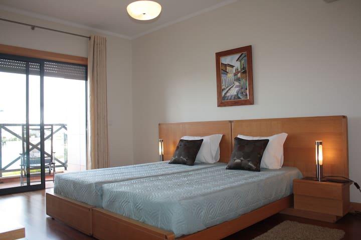 Quarto virado a sul   Bedroom facing south