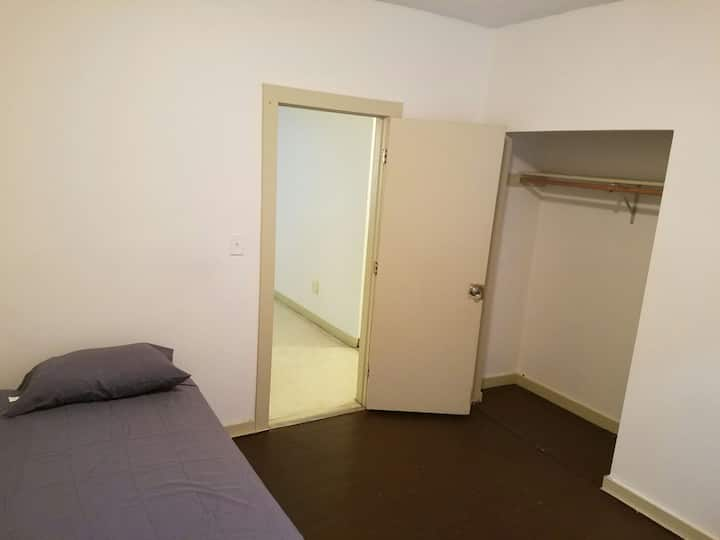 Private room minutes from Downtown Hartford....