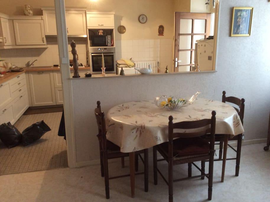 salle à manger donnant sur la cuisine