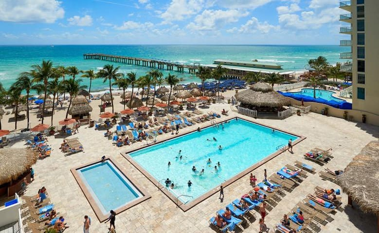 RIGHT ON THE BEACH! 1BR SUITE FOR 4, POOL!