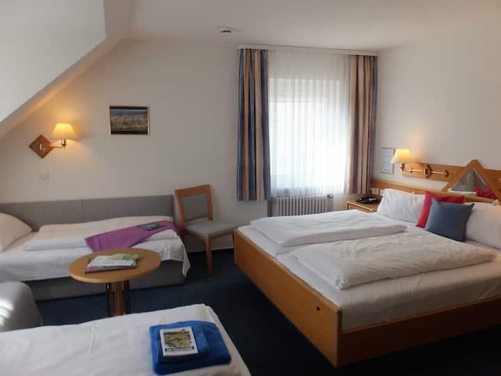 Hotel Garni Pfauen, (Endingen am Kaiserstuhl), 4-Bett-Zimmer Pfauen
