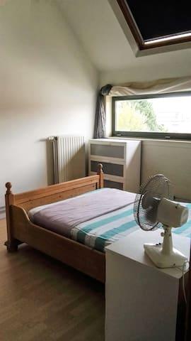 Chambre chaleureuse dans une maison spacieuse