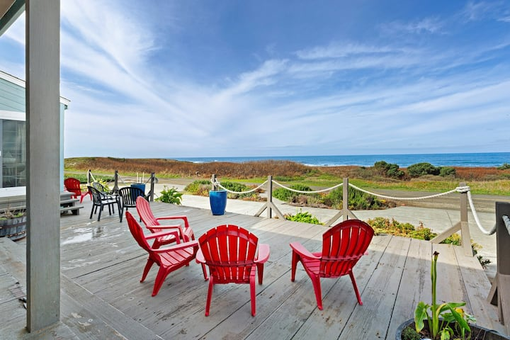 Amazing oceanfront home & guesthouse w/hot tub, beach access & decks - 2 dogs OK