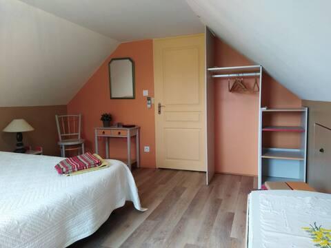 Jolie chambre colorée à l'étage avec kitchenette