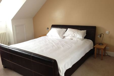 Large Room (sleeps 4) with Ensuite, near Cambridge - Hauxton - 独立屋